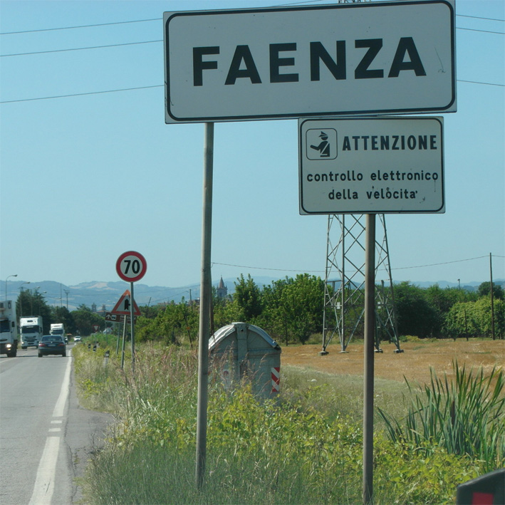 Agricoltore ubriaco sfreccia con il suo trattore per le vie di Faenza