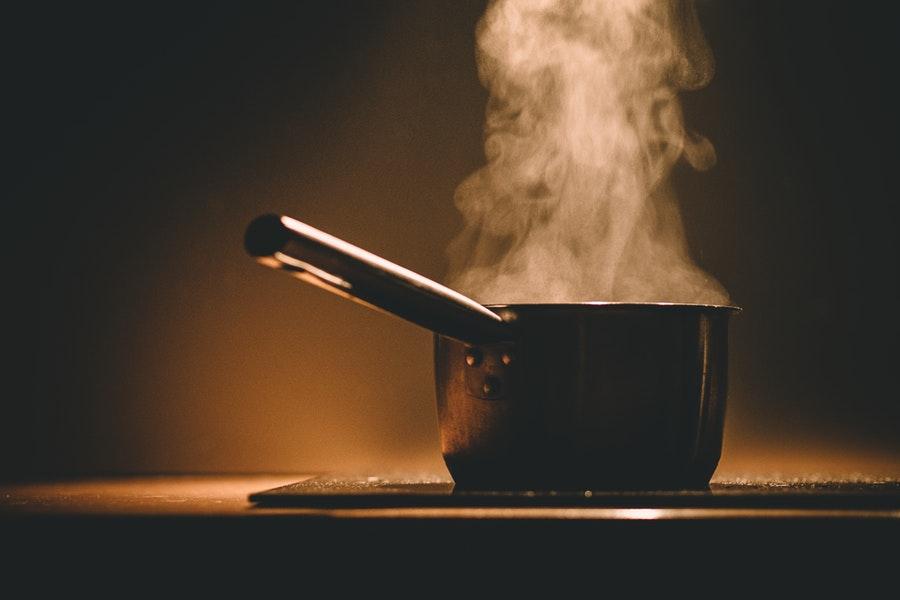 Studentesse americane cucinano la pasta senza acqua