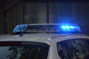 Due giovani uomini rubano un trattore e sfondano la vetrina di un supermarket